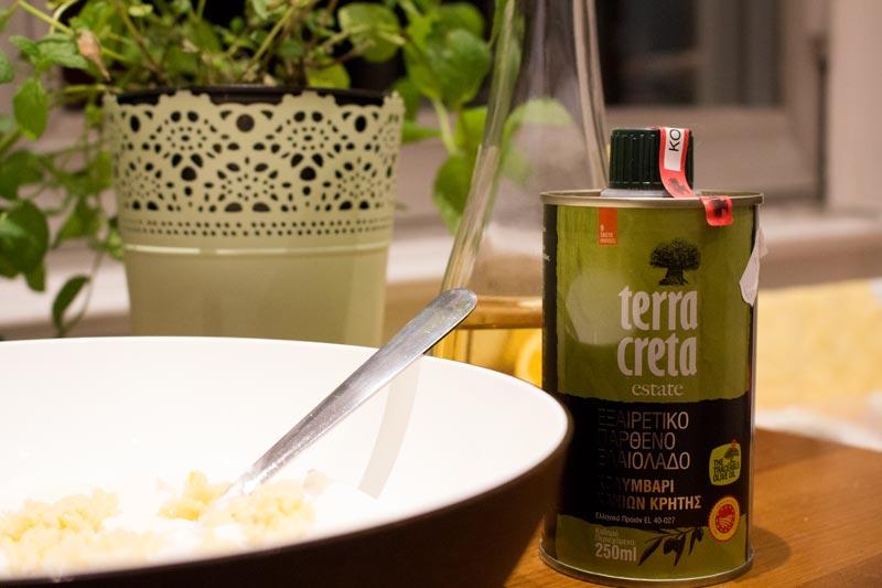 Tsatsiki Zubereitung mit Olivenöl und Essig aus Kreta
