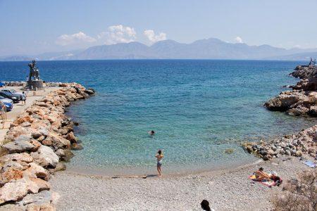Der Kreta Reiseguru in Agios Nikolaos am Strand