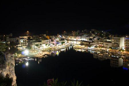Voulismeni-See am Abend bei Nacht