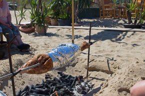 griechisches Osterlamm auf Kreta am Strand