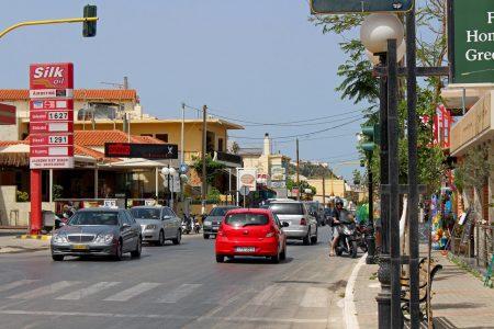Durchgangsstraße mit Tankstelle in Agia Marina auf Kreta