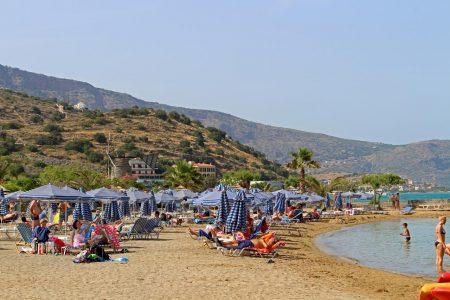 Strand mit Windmühlen in Elounda auf Kreta