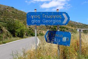 das griechische Alphabet auf einem Verkehrsschild auf Kreta in Griechenland